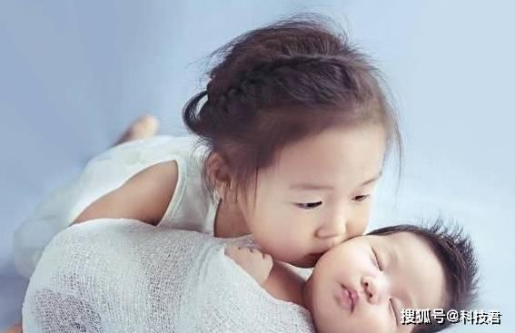 """""""憨大鬼二""""你家二宝也比大宝聪明?宝妈:都是同款的老大老二"""