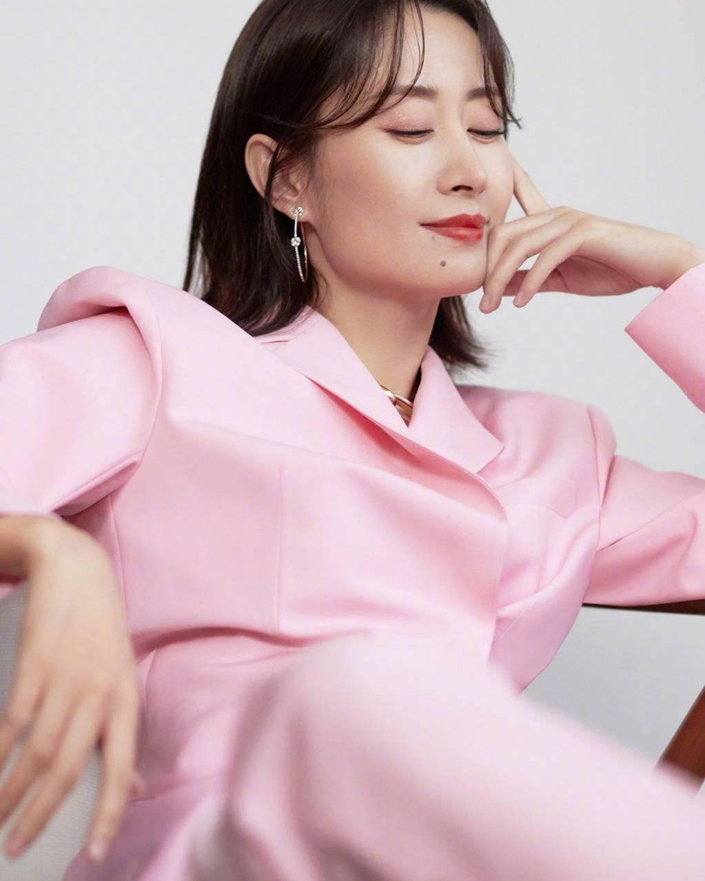 原创             45岁刘敏涛这么少女?穿粉色西装现身,尽显甜美和可爱