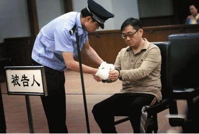 他一手捧红韩红那英,被判15年却病死狱中,妻子为他一生未嫁