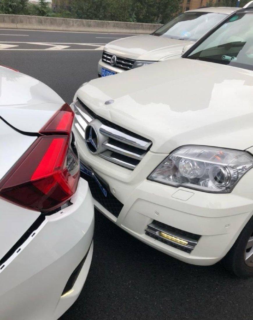 原来的本田思域被奔驰GLK追。网友:两车明显差距