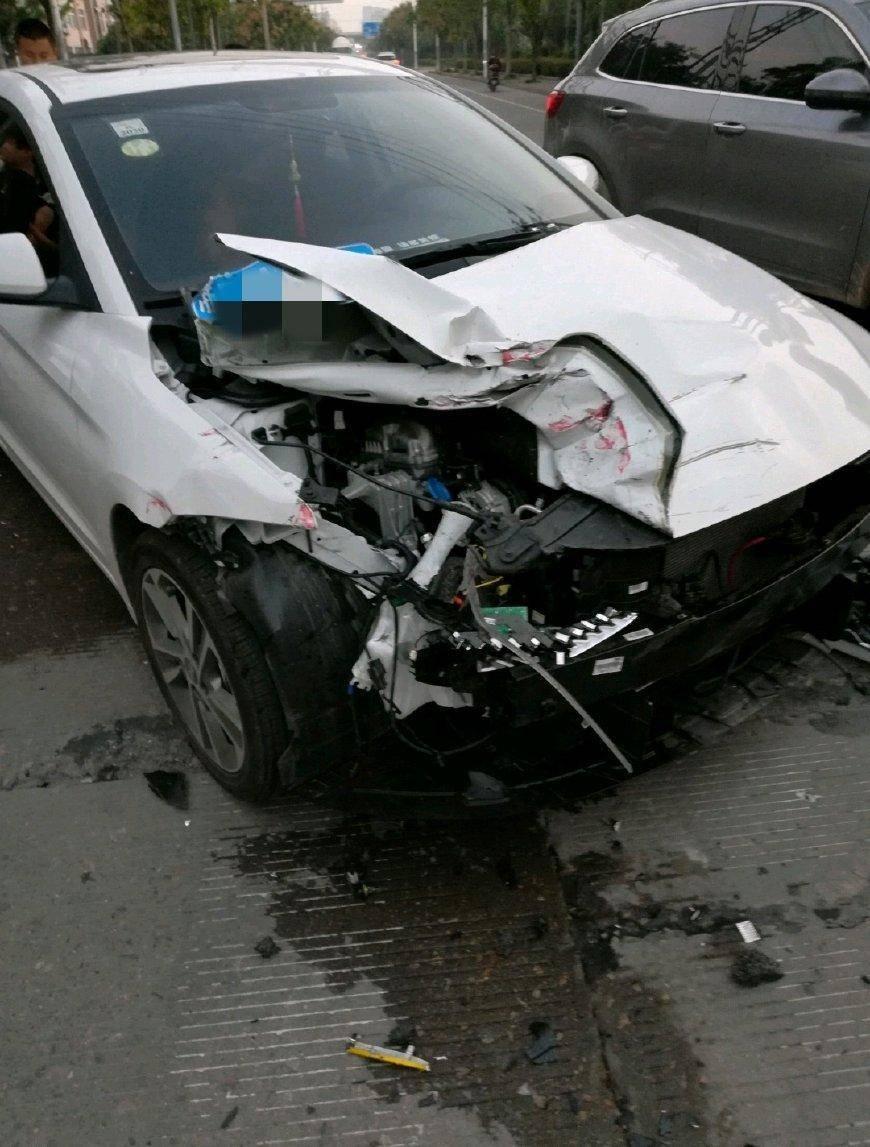 最初的现代领袖与大轿车相撞。事故发生后,网友:这个操作真的很抢眼