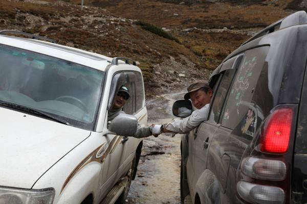 原来瞬间杀进西藏路上的陆地巡洋舰的车!网友:佩服车主的勇气!