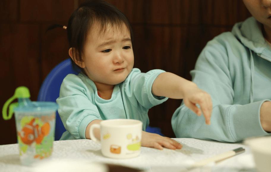 餐桌看人品,孩子吃饭时的两个表现,说明情商低,前者最难忍  第9张