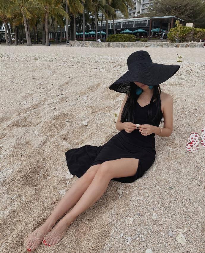 原创             卢靖姗晒海边度假美照,吊带开叉裙秀美腿,长发飘飘休闲惬意
