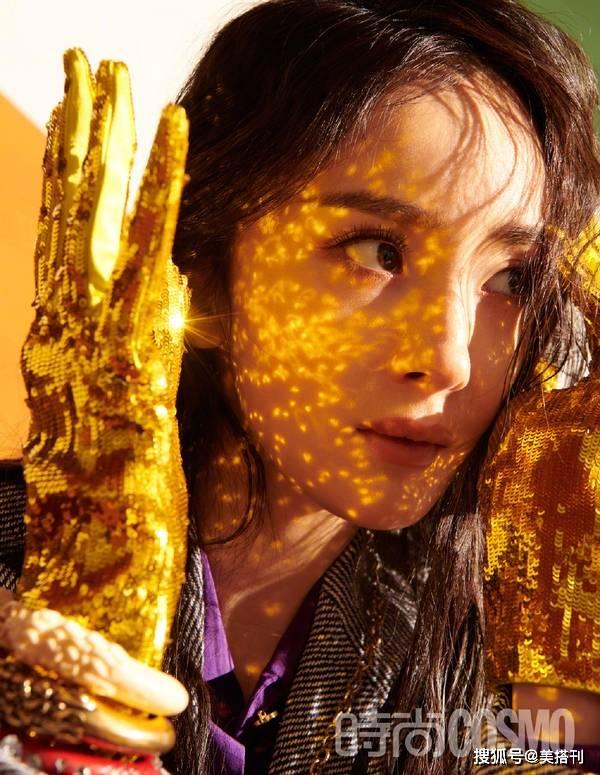 原创             杨幂最新复古童趣大片来袭,湿发造型配金手套,演绎天真有邪女人