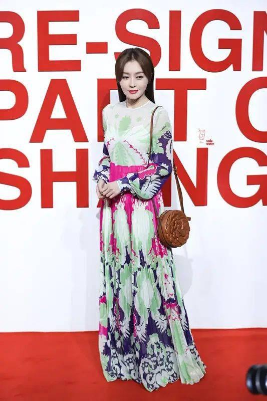 """秦岚身材好真任性,穿抹胸小黑裙秀""""蜜桃臀"""",哪像是70后"""