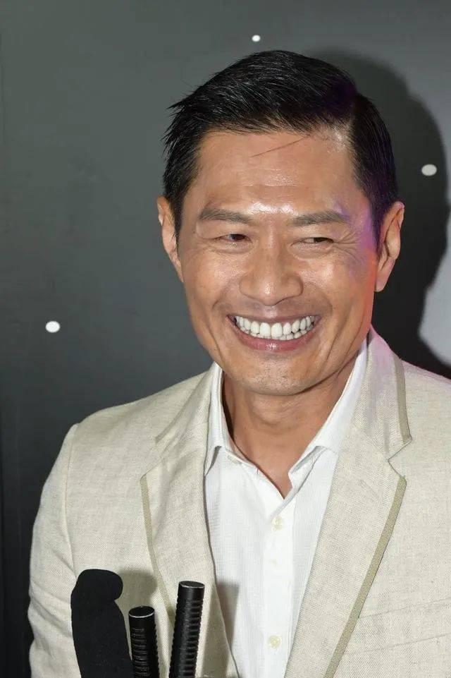 越老越有型!57岁前TVB男星黄德斌重回观众视野,40岁才有代表作  第2张