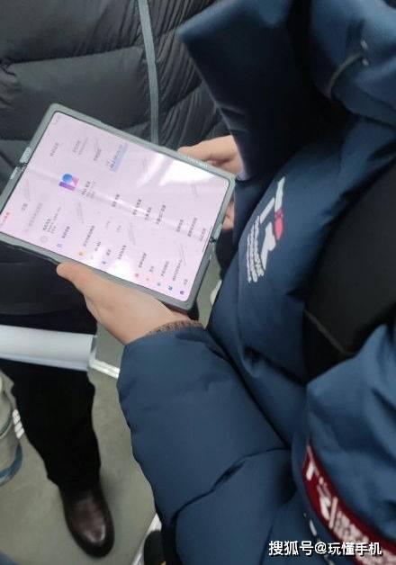 原装小米折叠屏真机间谍照片曝光:屏幕折痕明显,配备MIUI 12系统
