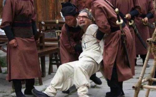 太子朱标落水,侍卫争相救人,朱元璋看到他们衣服鞋子后:都处死