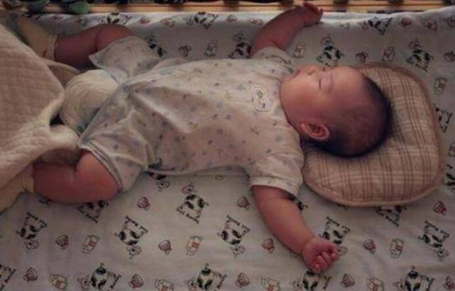 6个月后宝宝晚上频繁醒来吃奶,不一定是饿,更可能是这5个原因