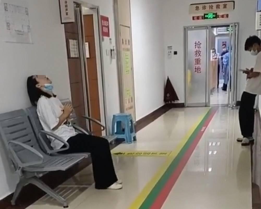 深圳一幼童被粗心父母锁车里一天窒息身亡,妈妈双手合十闭眼祷告