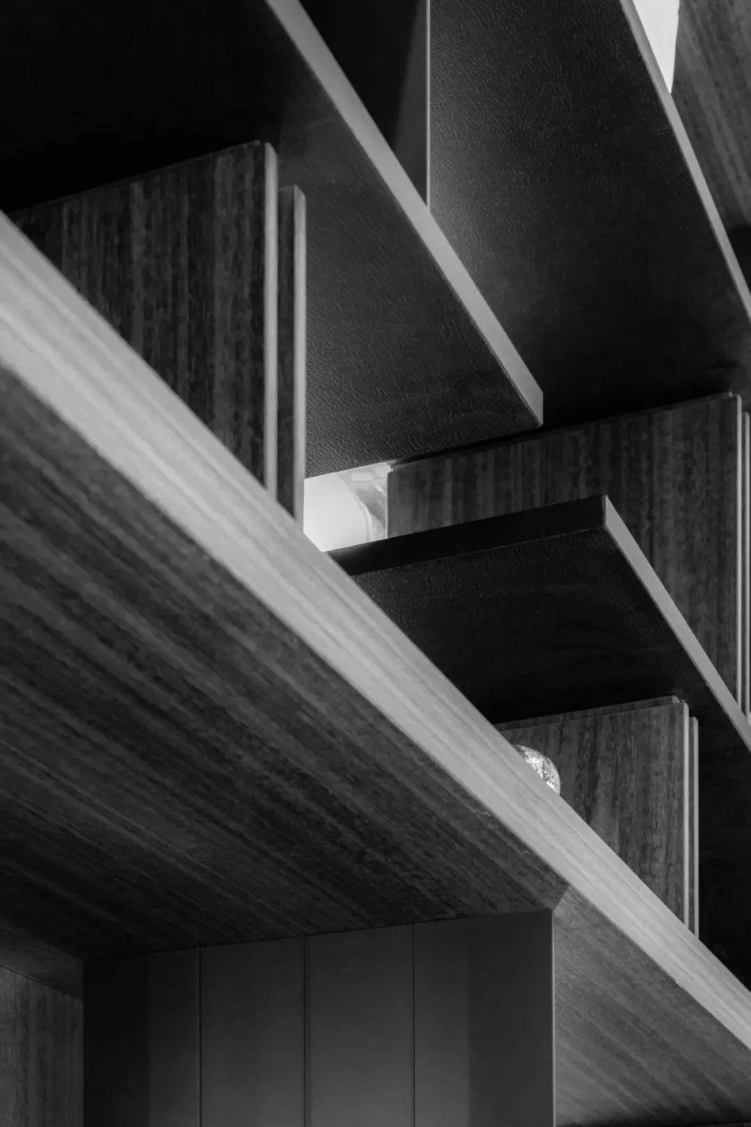 设计图纸   利用玻璃墙体隔断,将空间分割,于动线、视觉、空间序列,创造空间更多层次感与穿透感,铺陈空间次序;天地壁的交替分割牵引,强化空间层次与属性.