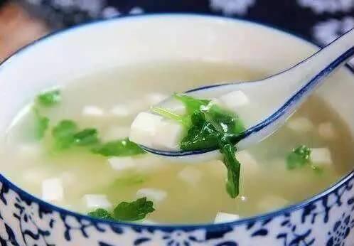上了岁数腰酸腿抽筋怎么办?豆腐跟荠菜一起吃,骨骼越来越健康
