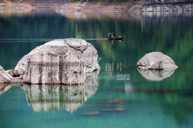 重庆黔江:小南海现地质奇观 大量地震滚石冒出水面