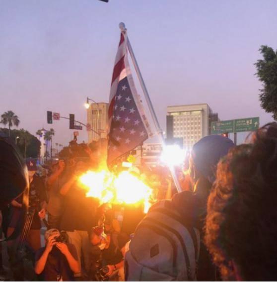美国人怒烧美国国旗!