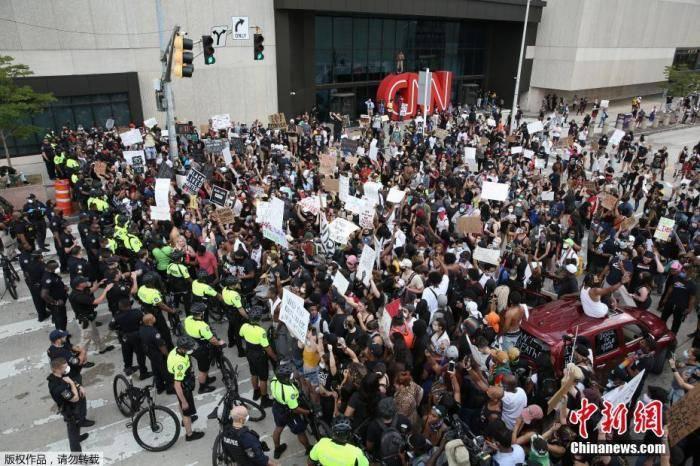 美警察暴力执法致至少20城爆发示威 数百抗议者被捕