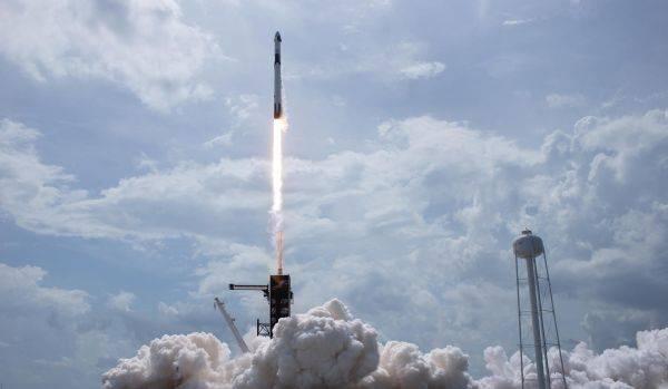 """近10年来美国本土首次载人发射 """"猎鹰9""""号将2名宇航员送入太空"""