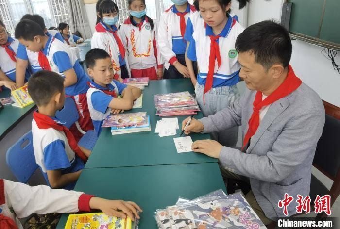 安徽省文联艺术志愿服务小分队慰问皖南山区儿童
