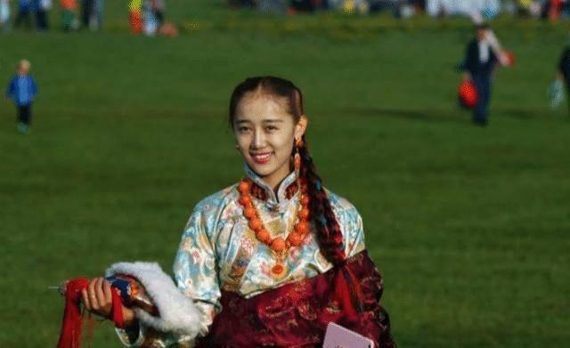 藏族小朋友帮游客赶走拦路牛 网友:有被这一脚帅到