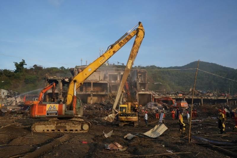 温岭槽罐车爆炸地附近一机电厂房变废墟,数千