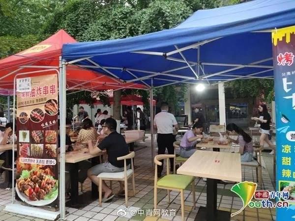 """在校园里""""撸串""""!四川一高校为毕业生开烧烤夜市"""