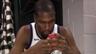 NBA巨人玩手机都啥样?奥胖将手机玩成麻将,博班把IPhone变迷你