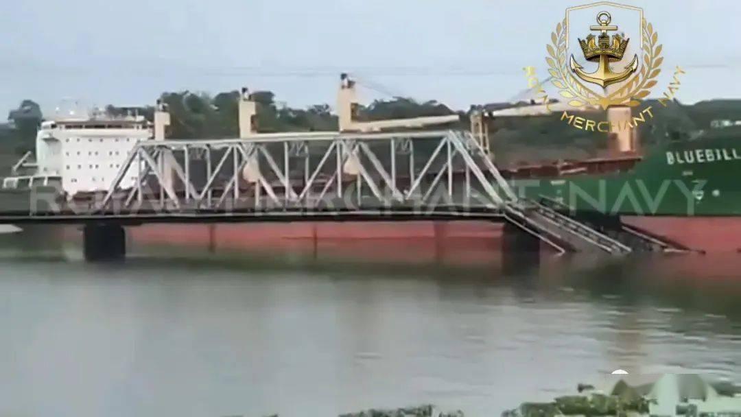 闯大祸!一艘货船撞断巴拿马唯一铁路桥,集装