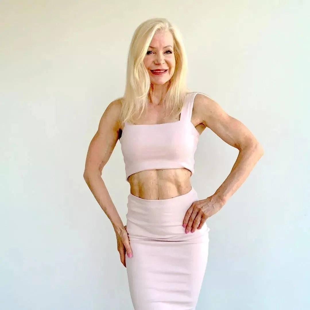 她48岁开始健身,64岁时身材如20岁少女,撸铁16年! 中级健身 第49张