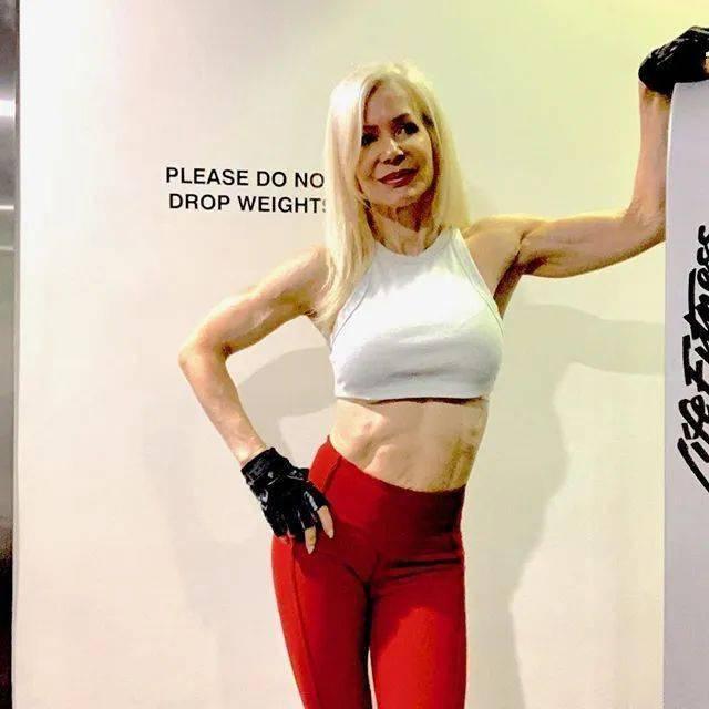 她48岁开始健身,64岁时身材如20岁少女,撸铁16年! 中级健身 第16张