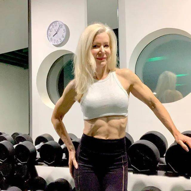 她48岁开始健身,64岁时身材如20岁少女,撸铁16年! 中级健身 第11张