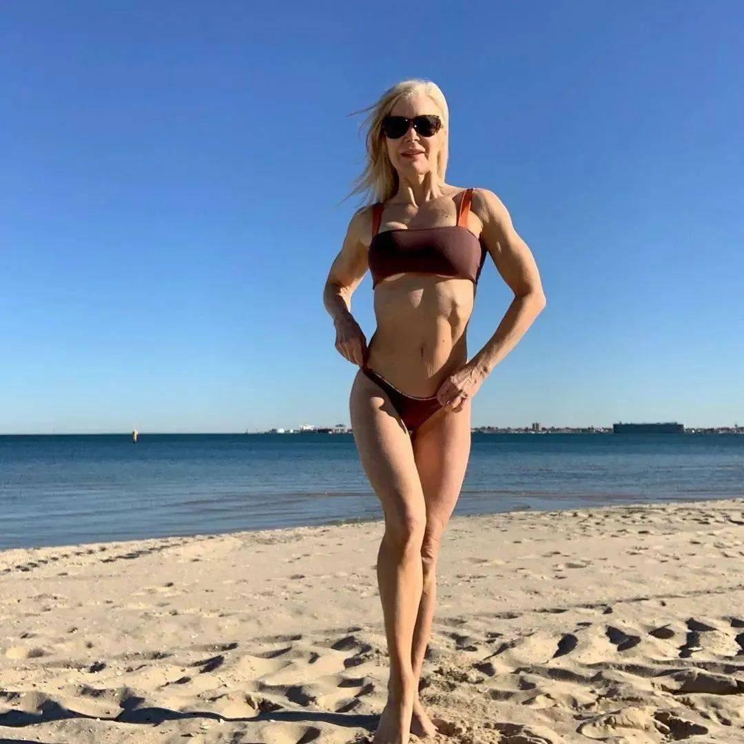 她48岁开始健身,64岁时身材如20岁少女,撸铁16年! 中级健身 第48张