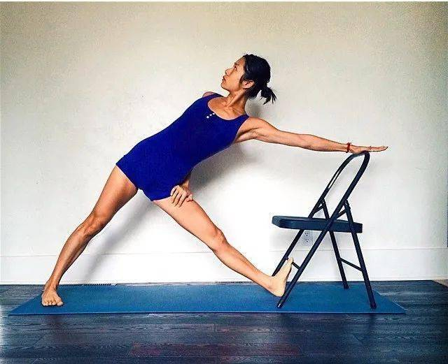 常练瑜伽,三角式的6种不同练习方法,一定要试试!_大腿 高级健身 第6张