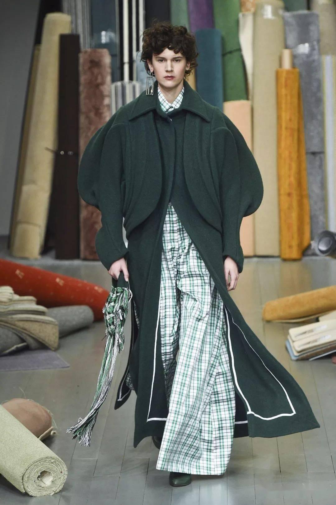 冲破结构束缚的螺旋形衣身,这位圣马丁叛逆鬼才的创意剪裁真是不惊人死不休!