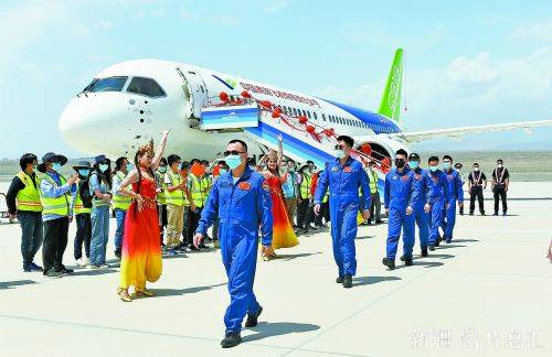 C919客机抵达吐鲁番进行高温专项试飞 郑