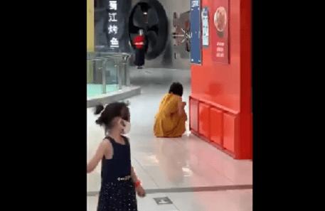 北京石景山万达广场一女子用餐时得知核酸检测阳性,崩溃大哭!官方:已转运至发热门诊排查