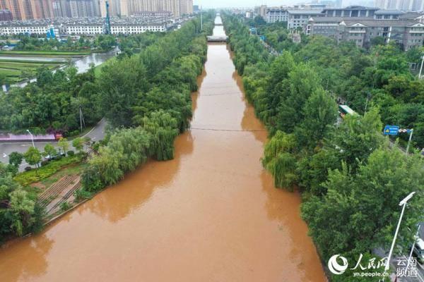 """昆明连夜暴雨道路被淹开启""""看海模式"""""""