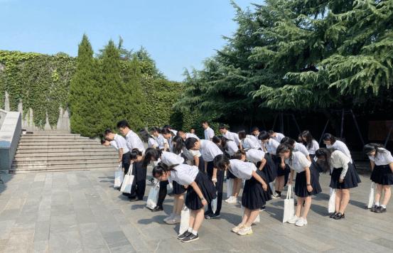 """南外毕业生到江东门纪念馆上""""行前一课""""-新华网"""