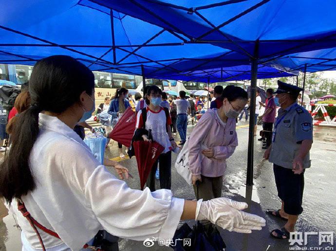 高考第二日,安徽歙县综合、外语科目考试正常开考