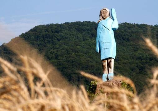 """美国""""独立日""""当天,梅拉尼娅在老家斯洛文尼亚的雕像被人烧毁"""