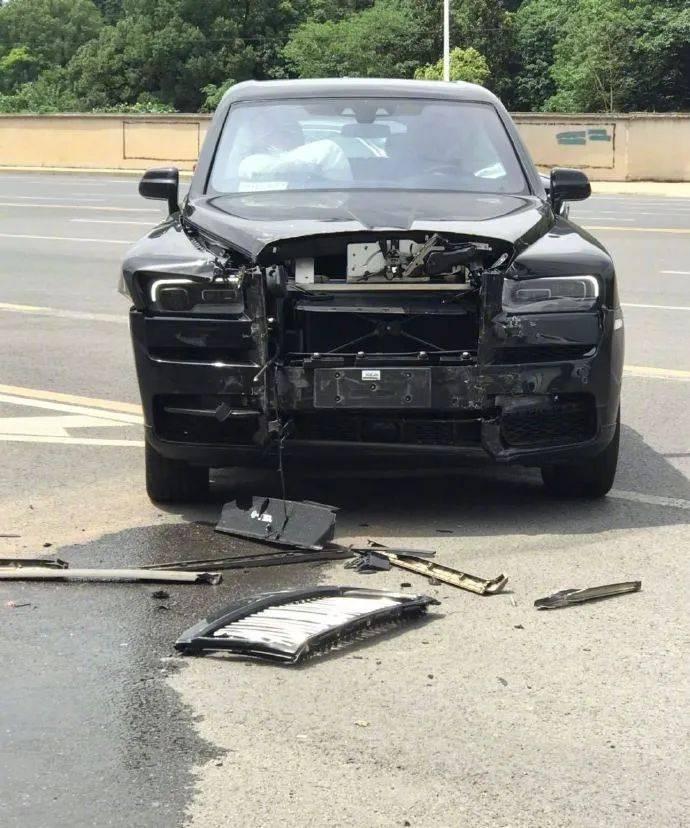 长沙一辆面包车撞劳斯莱斯事故,交警定责了!