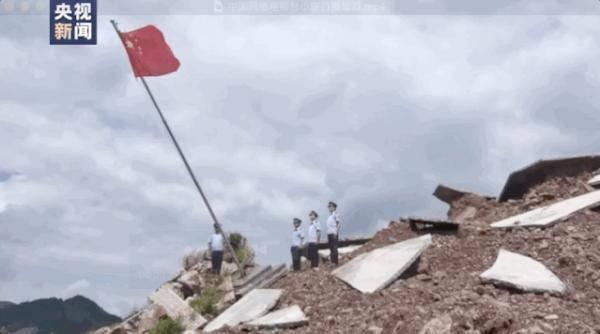 在山体滑坡的废墟上 这个庄严的仪式令人感动