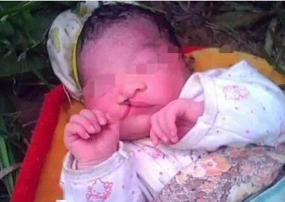 南阳某桥下惊现一名弃婴,大概3个月,无明显病症,孩子的父母在哪?