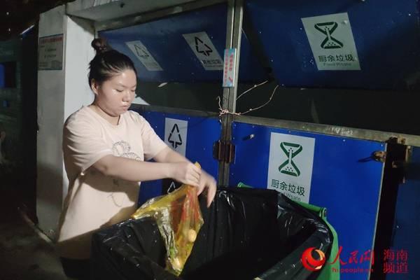 海口试行垃圾分类首日:居民有序将垃圾破袋投放