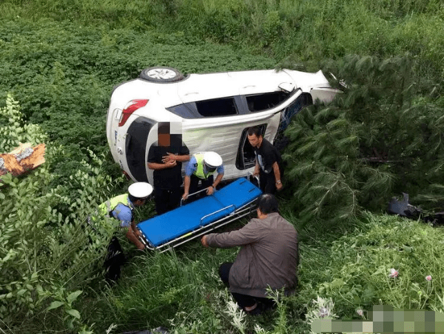 山西一辆汽车突然撞树后翻下沟坡,事故原因竟和这个有关!