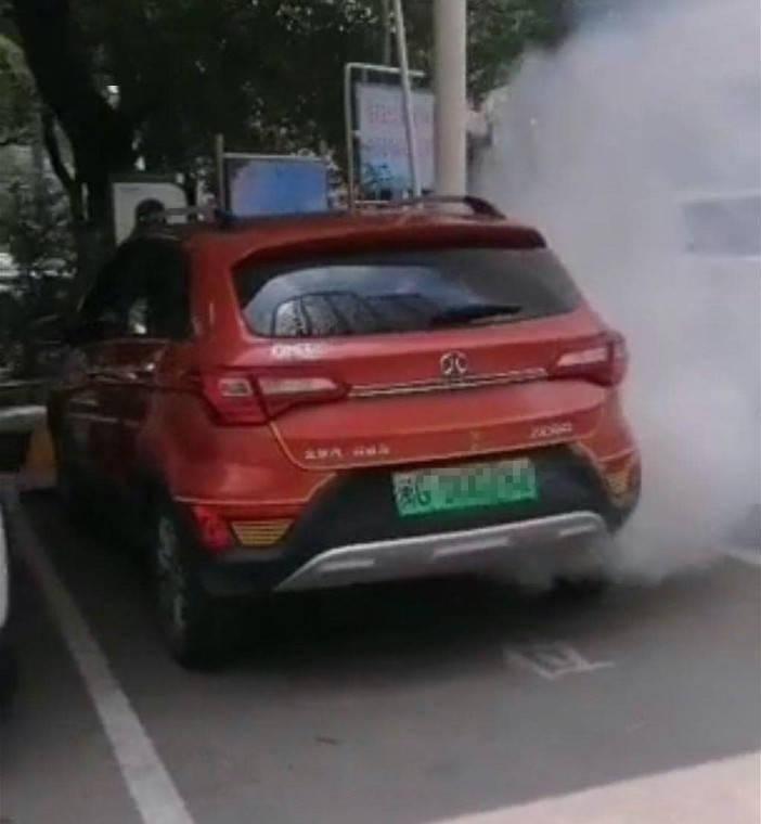 北汽某新能源汽车充电站冒烟后,爆炸车身严重受损