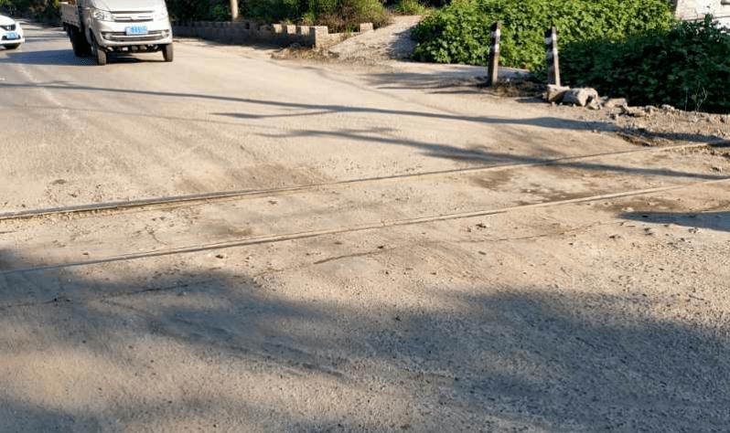 峰峰羊角铺路段沟渠对交通影响较大。 峰峰羊角铺王雨生