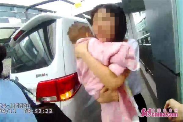 男童误吞数十粒感冒药 济南交警紧急护送就医