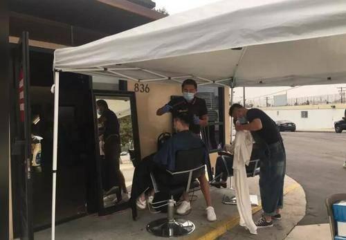 防护最重要 美华人理发师不惧高温坚持户外工作