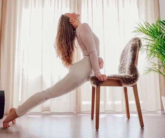 这套简单的瑜伽动作,坐在椅子上就可以做!(附动图)