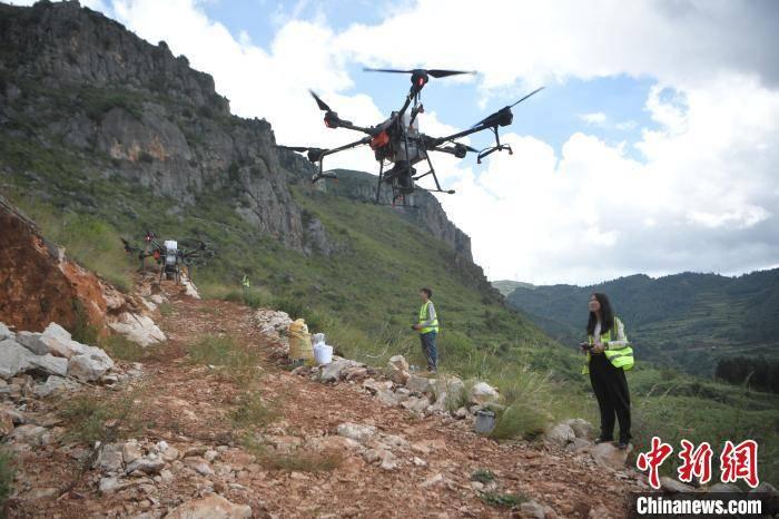 云南在抚仙湖流域造林困难地试点无人机精准飞播造林